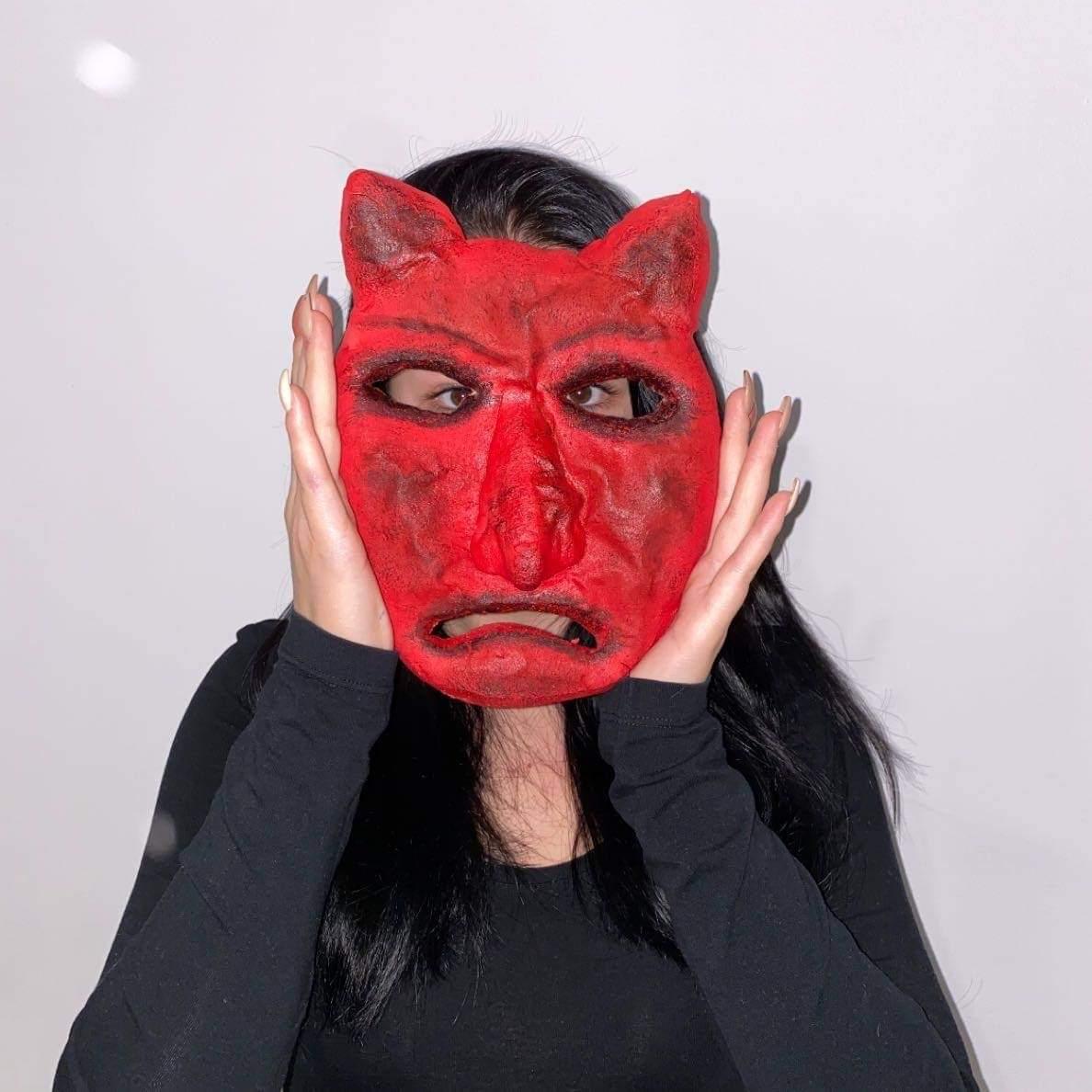 postać w czerwonej masce